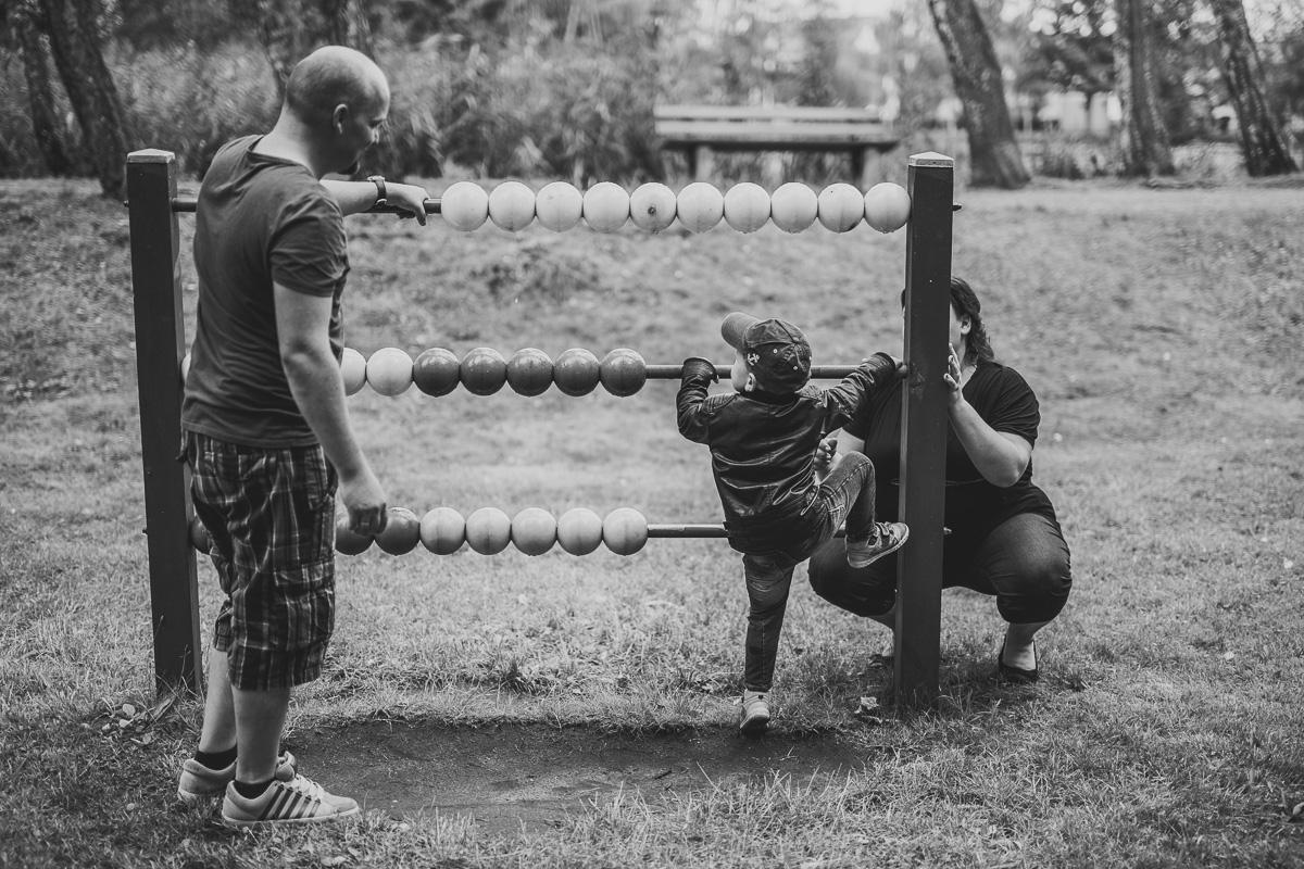 Familie am Rechenschieber auf dem Spielplatz