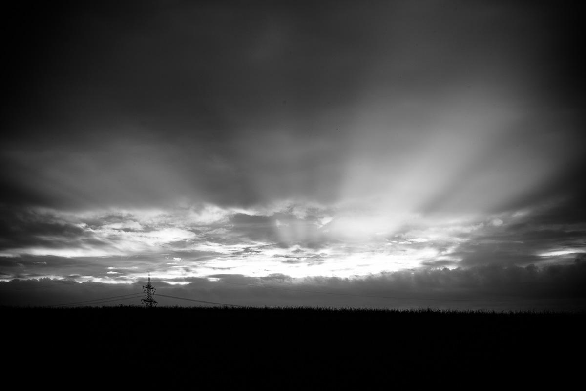 Sonnenstrahlen brechen durch Wolken in Schwarzweiss