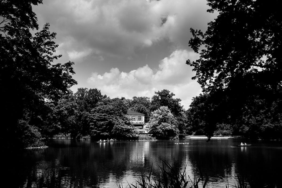 Der Gondelteich im Großen Garten Dresden in Schwarzweiss