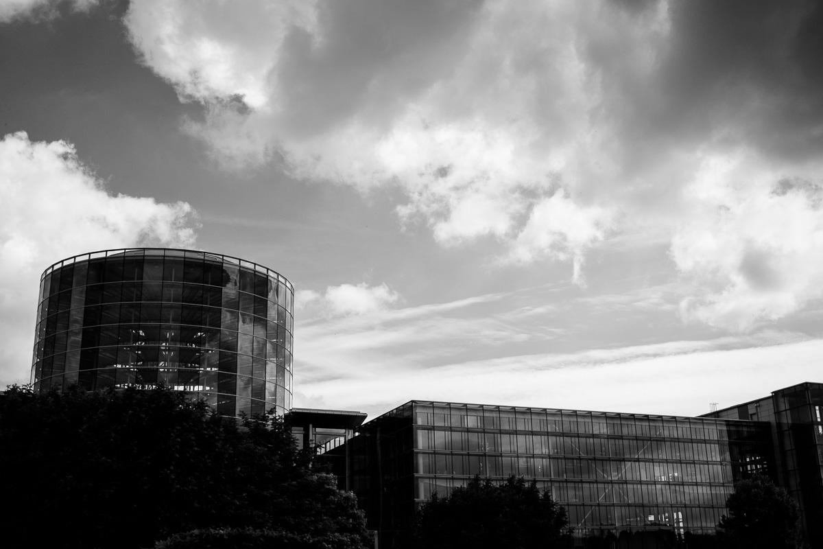 Die Gläserne Manufaktur in Dresden vom Großen Garten aus gesehen