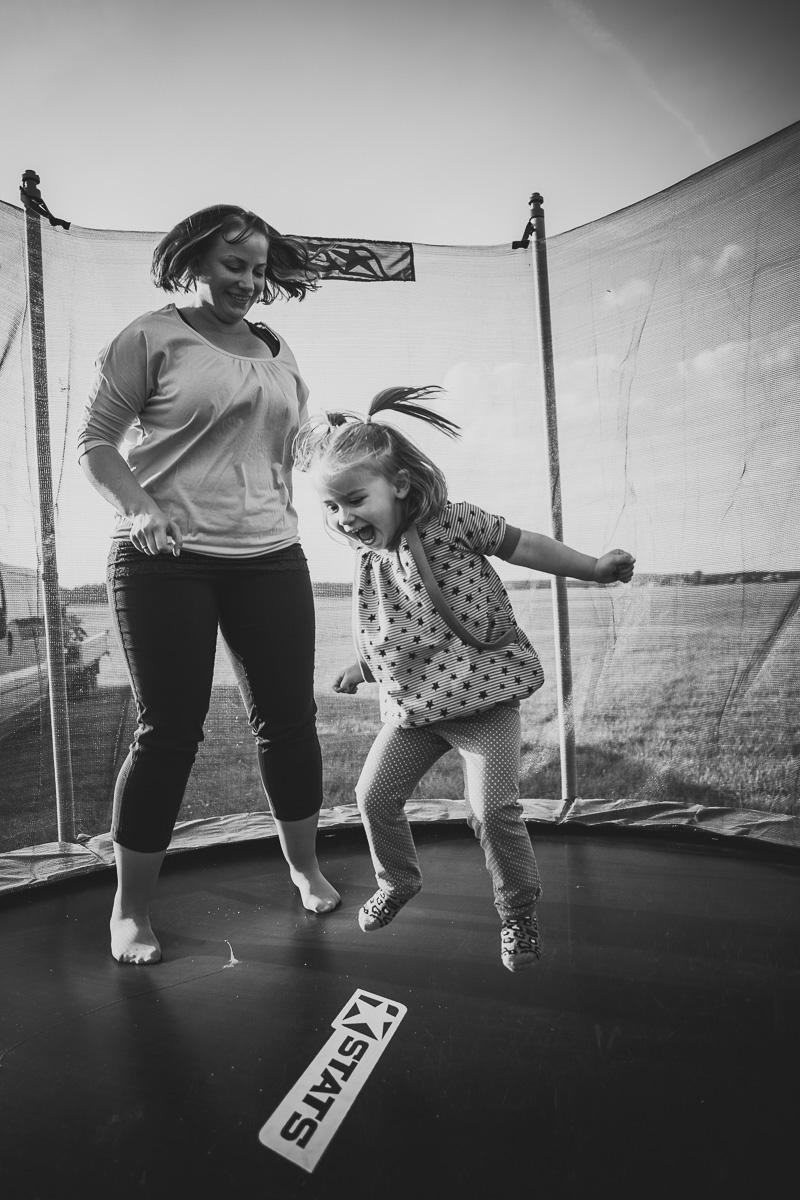 Mutter und Tochter springen auf einem Trampolin
