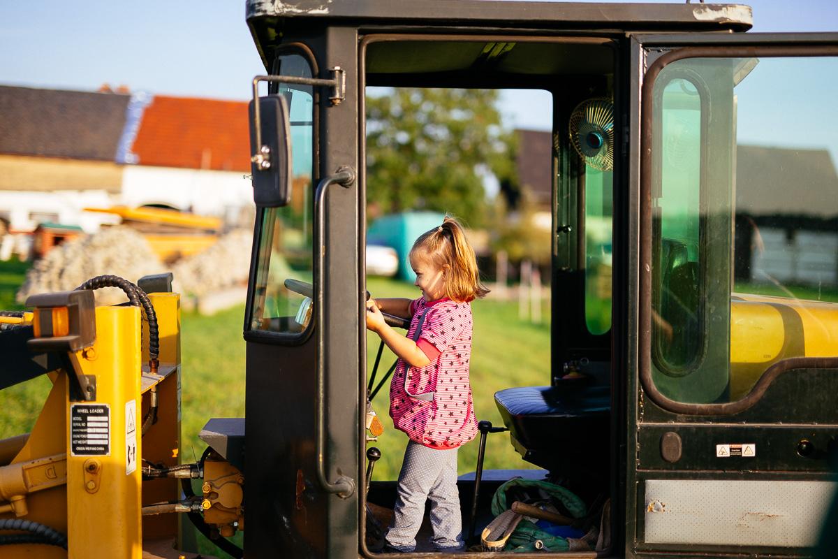 Kind spielt im Radlader