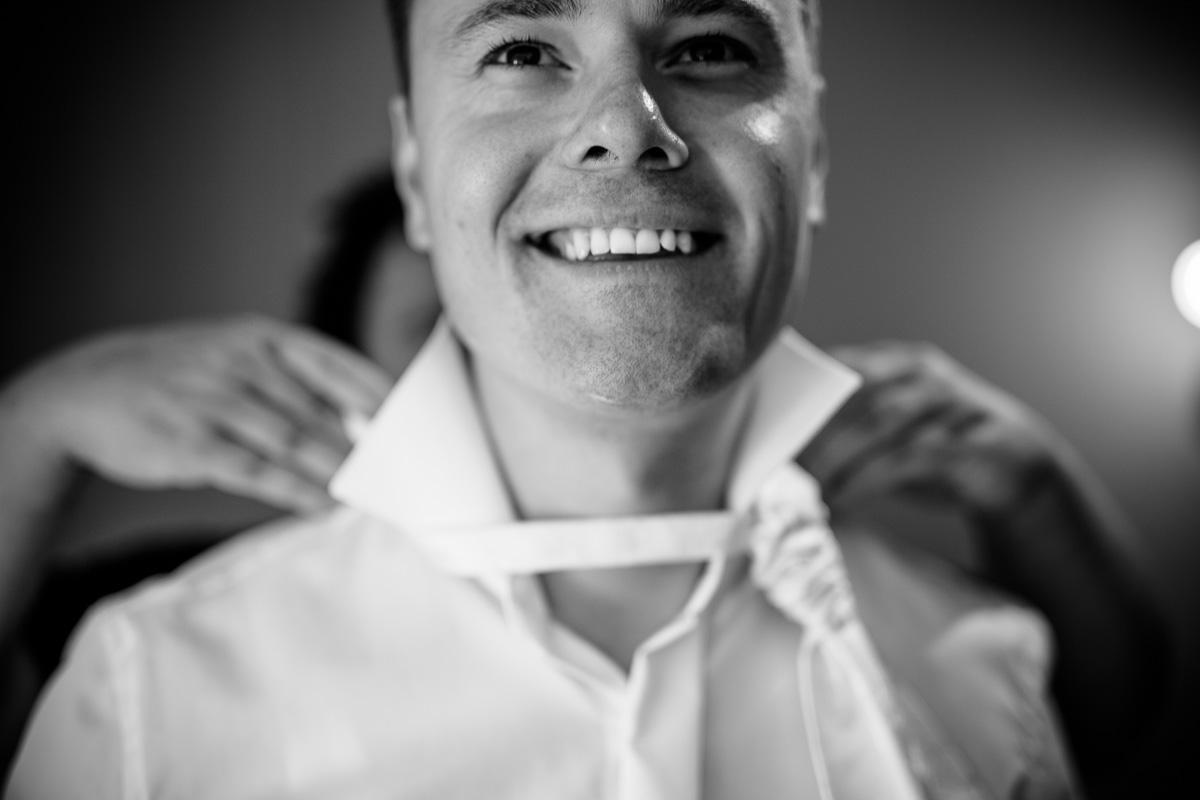 Krawatte wird dem Bräutigam umgebunden