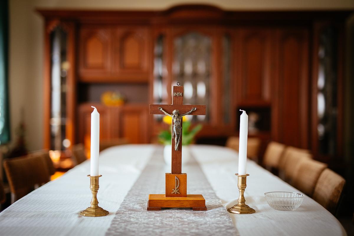 Kreuz mit Kerzen steht im Wohnzimmer