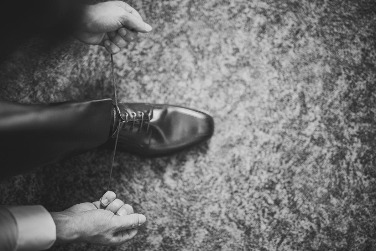 Bräutigam bindet sich die Schuhe