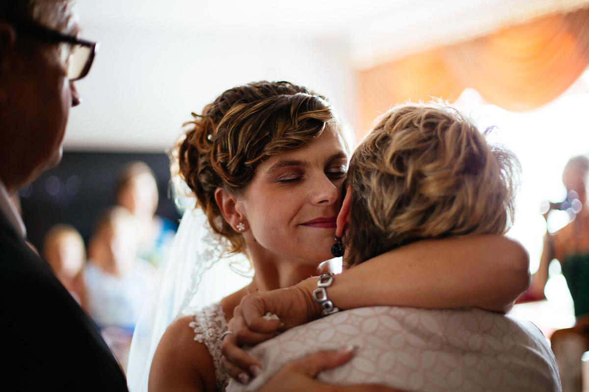 Braut verabschiedet sich von ihrer Mutter