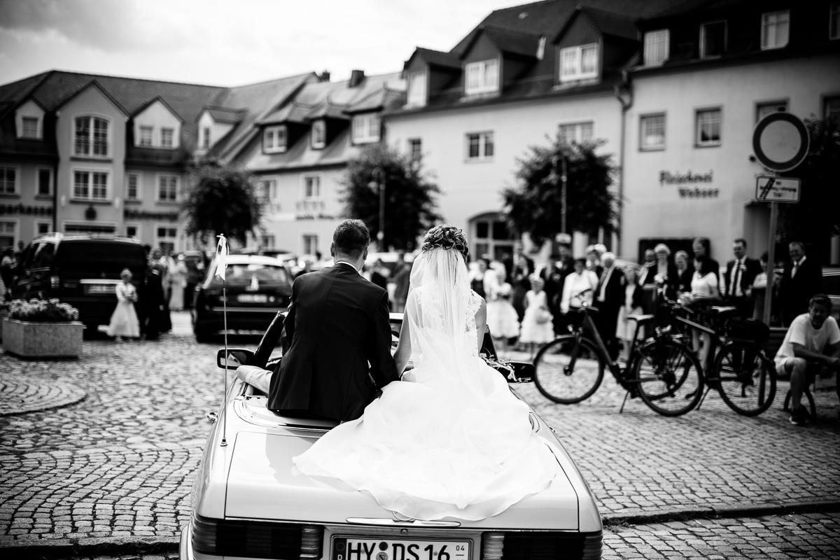 Brautpaar sitzt im Mercedes Cabrio Brautauto