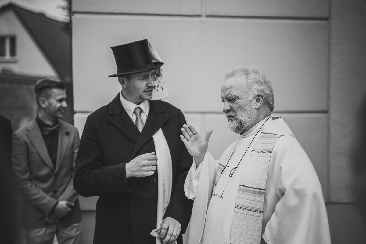 Braschka wird vom Priester empfangen