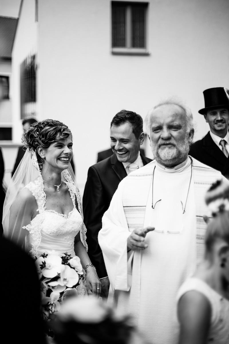 Priester empfängt das Brautpaar