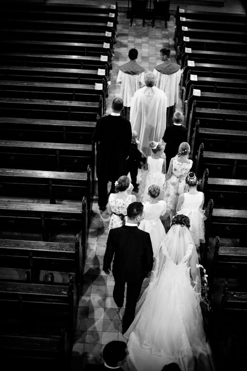 Hochzeitszug zieht in die Kirche ein