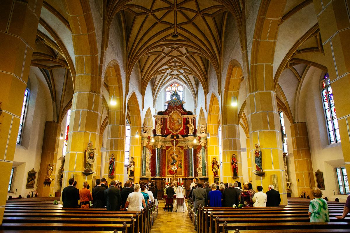 Hochzeitszug sitzt in der Kirche