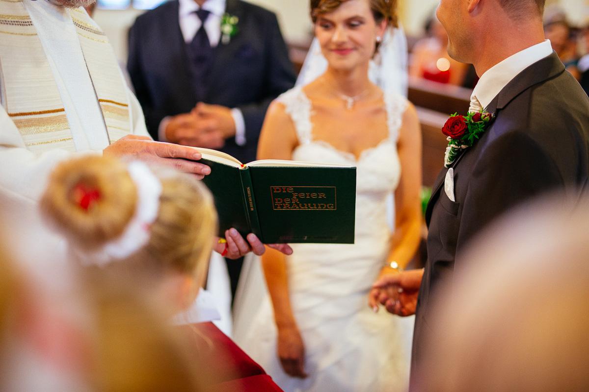 Brautpaar sagt sich den Trauspruch