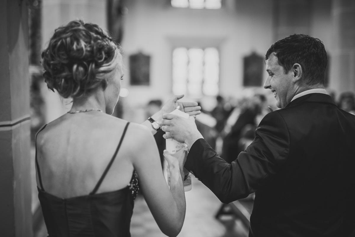 Trauzeugen haben Hochzeitskerze entzündet