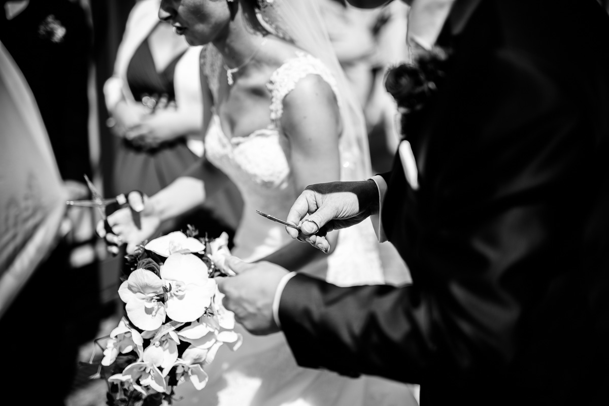 Nagelscheeren in der Hand des Brautpaares