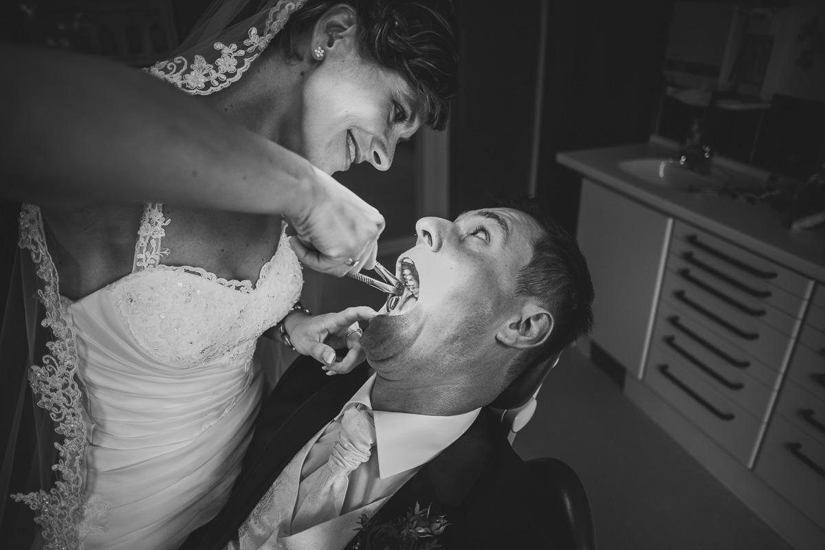 Braut zieht Bräutigam die Zähne