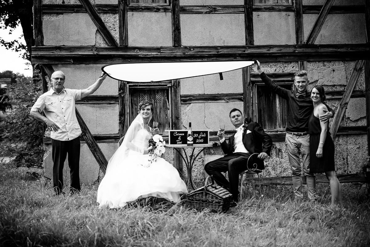 Brautpaar und Helfer beim Shooting