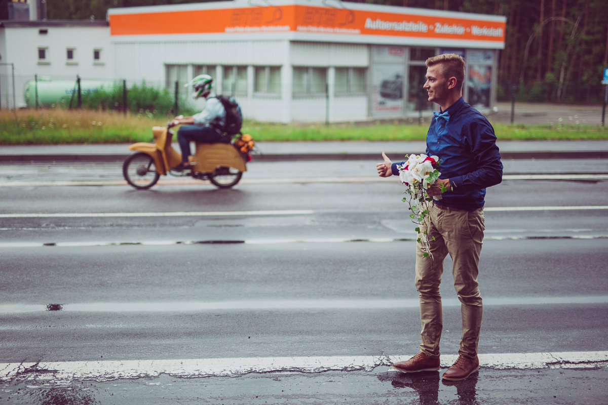 Trauzeuge mit Brautstrauß an der Straße