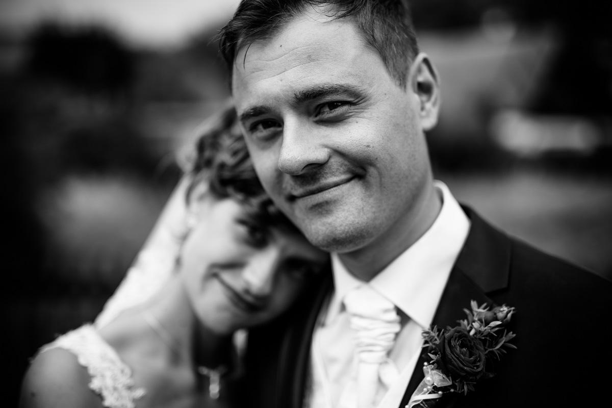 Braut und Bräutigam schmusen