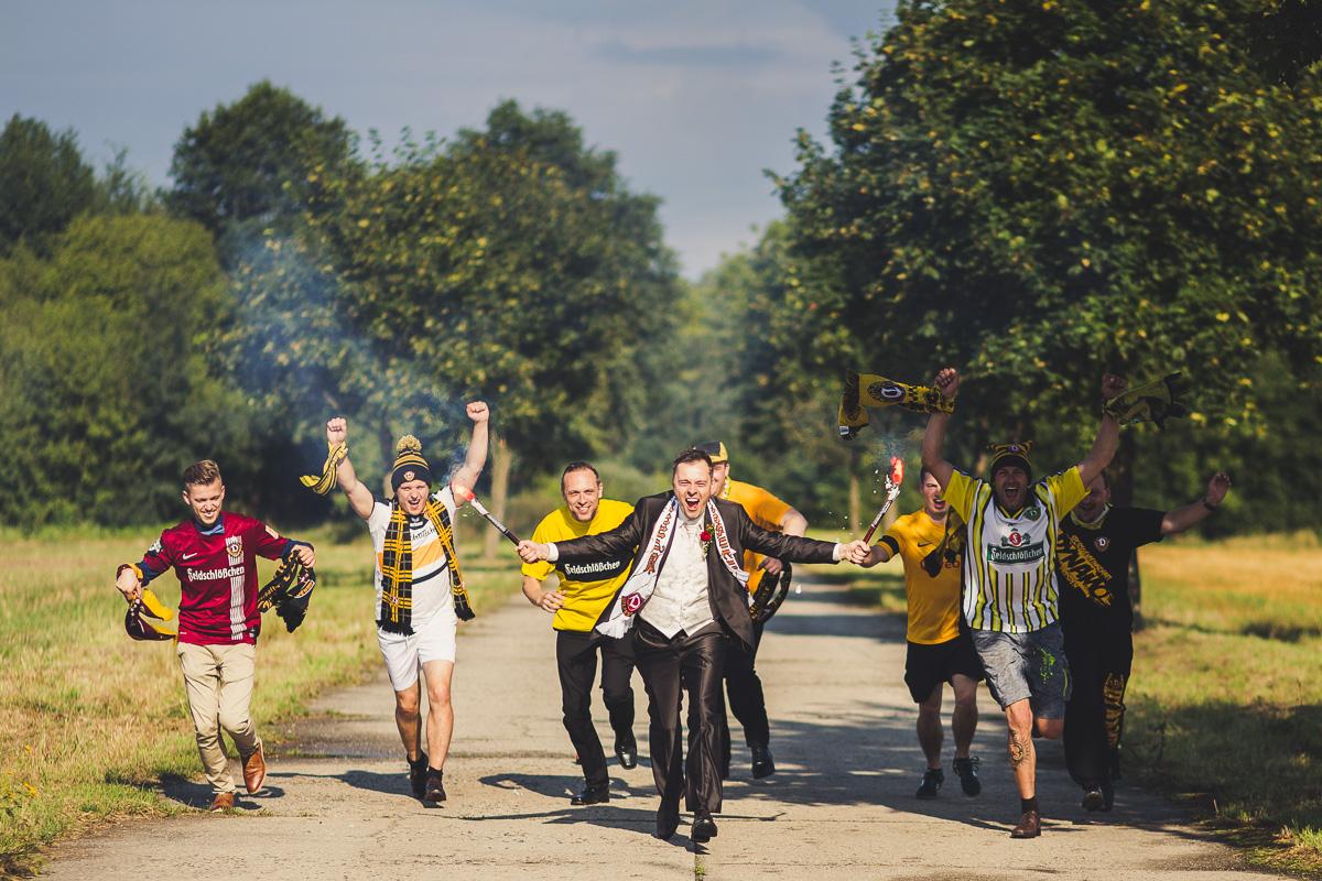 Bräutigam als Dynamofan mit Bengalos