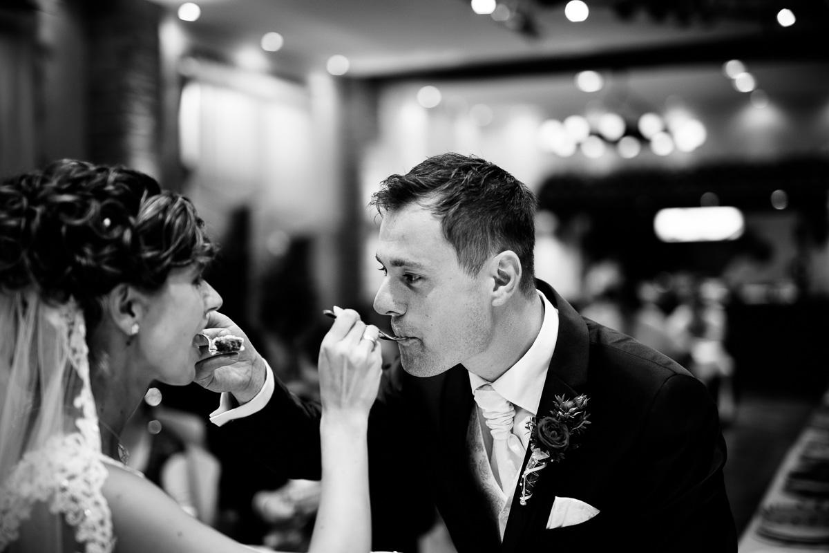 Bräutigam und Braut füttern sich gegenseitig