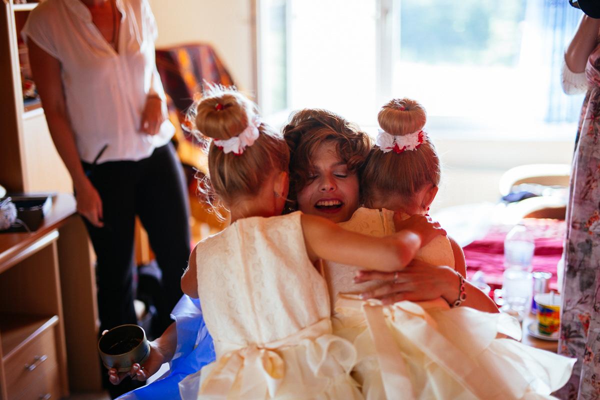 Brautjungern graturlieren der Braut