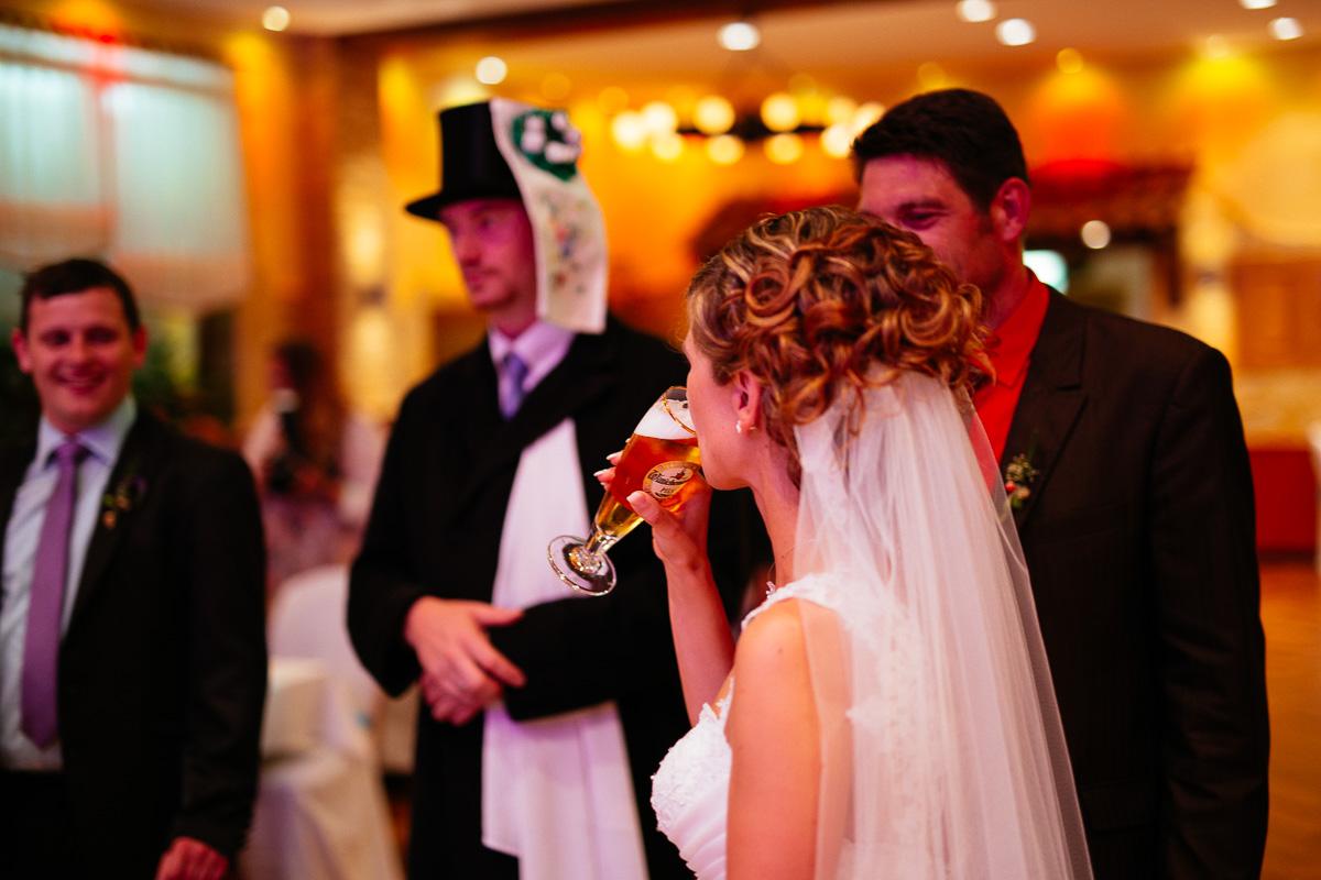 Braut trinkt Bier