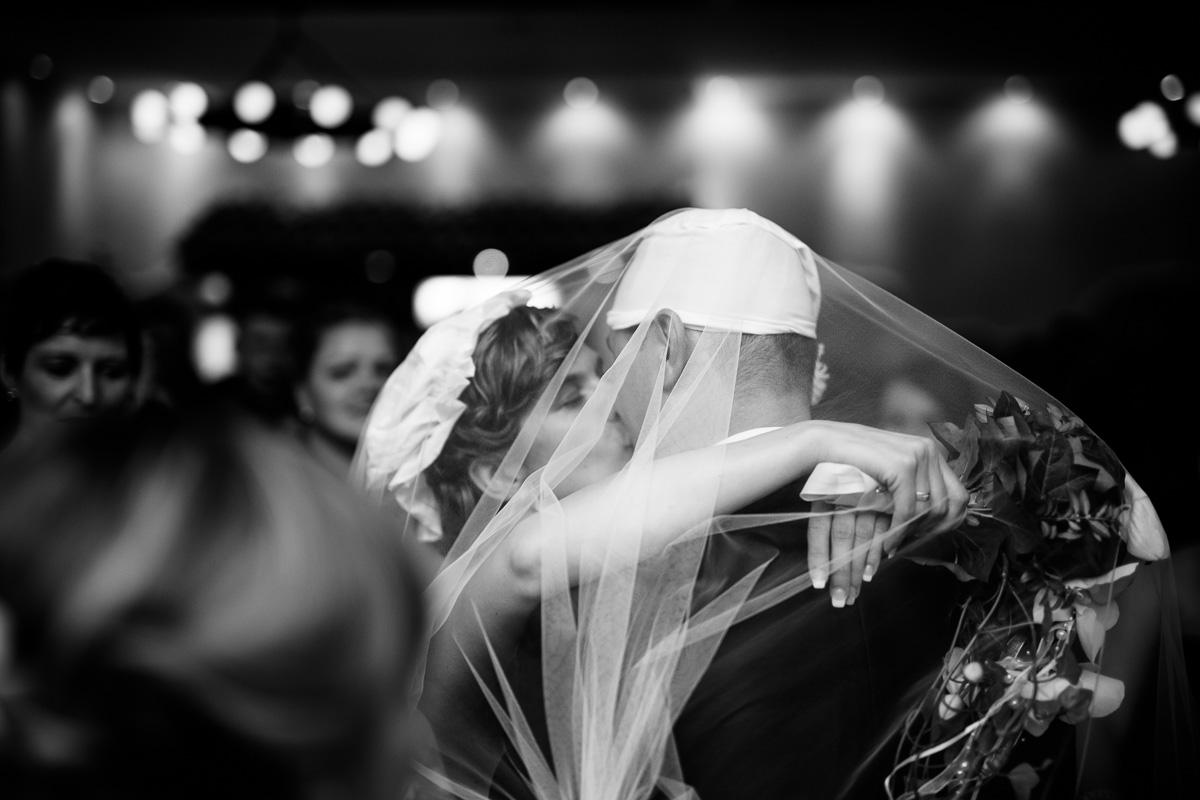 Brautpaar küsst sich unter dem Schleier