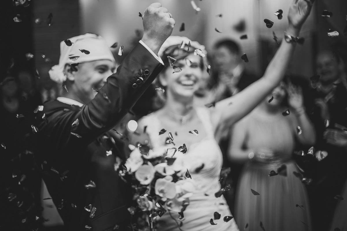 Brautpaar unter der Konfettikanone
