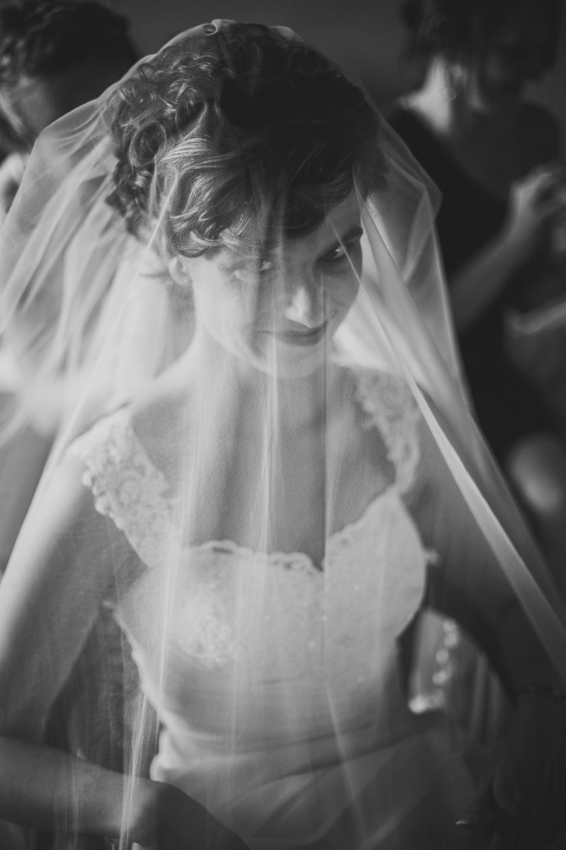 Braut unter dem Schleier in Schwarzweiss