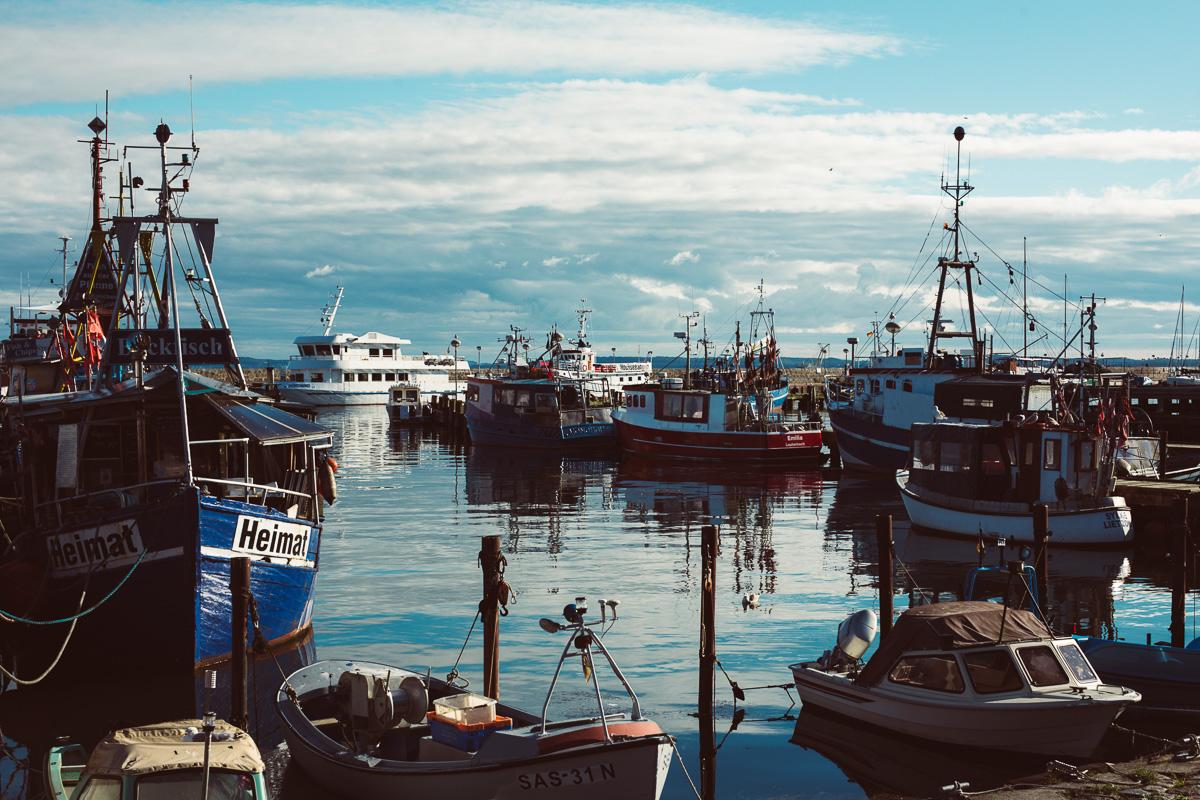 Der Hafen von Sassnitz mit vielen Booten