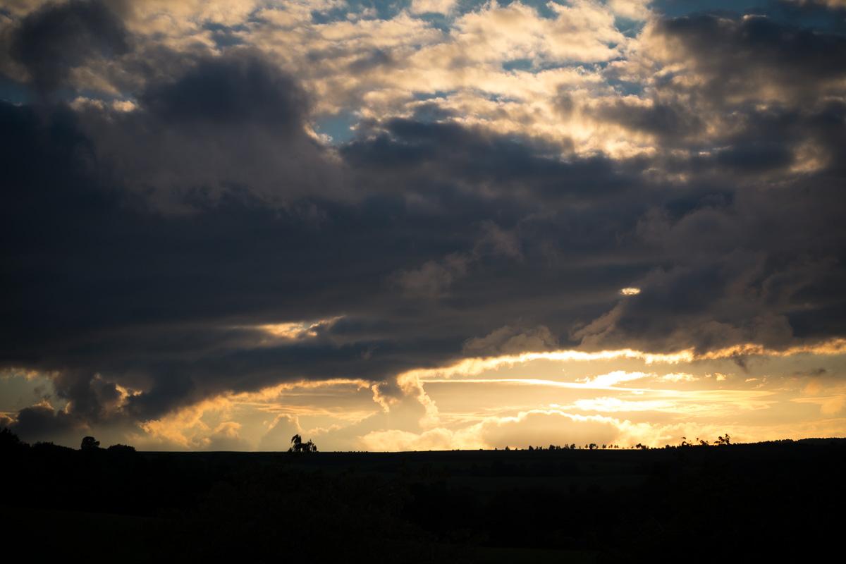 Sonnenuntergang mit vielen Wolken