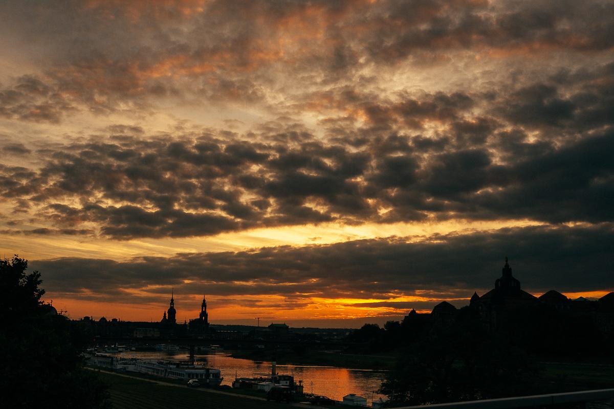 Blick auf das Altstadtpanorma von Dresden bei imposantem Sonnenuntergang