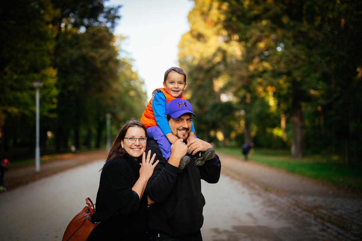 Mutter und Vater mit Kind auf den Schultern