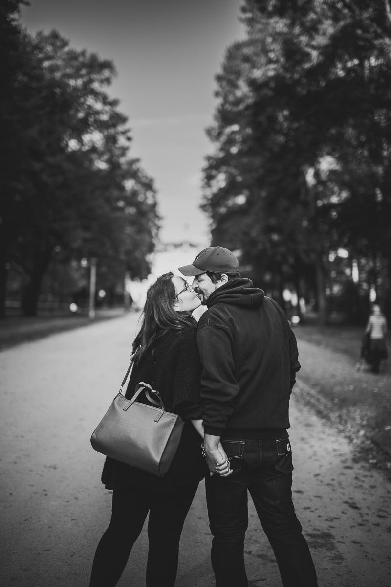 Mutter und Vater geben sich einen Kuss