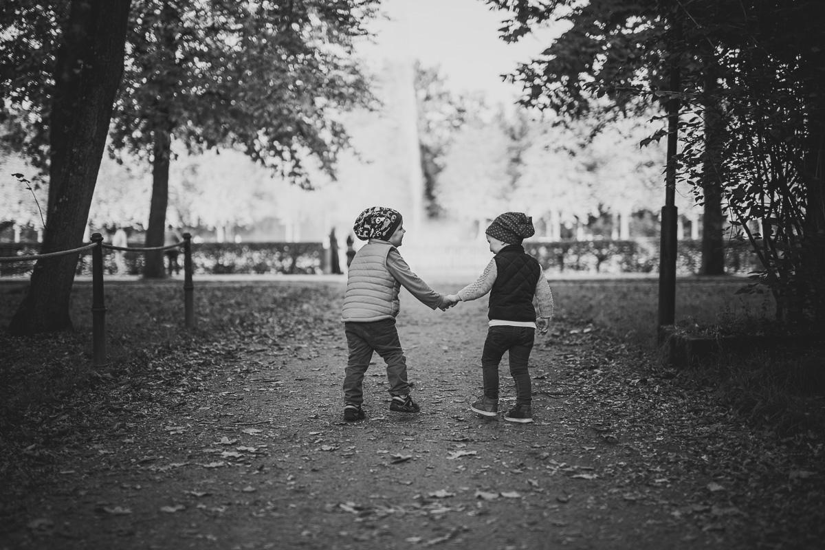 Zwei Kinder halten Händchen