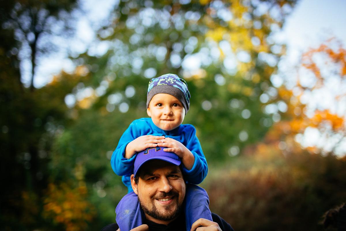 Sohn sitzt auf den Schultern von Papa