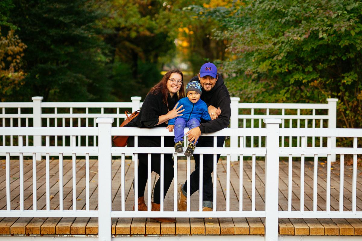 Junge Familie auf einer Brücke