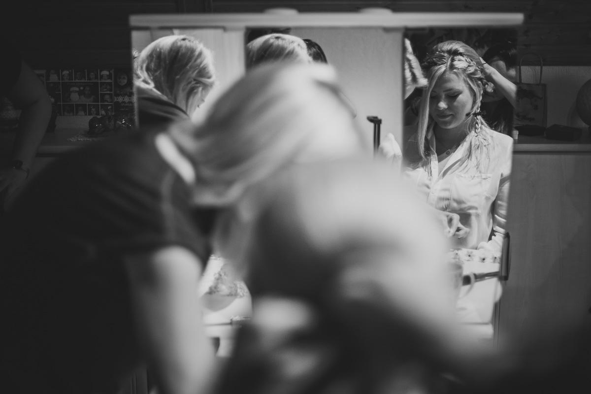 Braut ist im Spiegel zu sehen