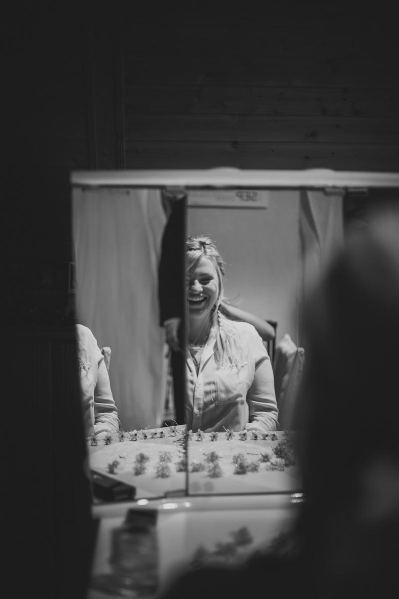 Braut lacht im Spiegel