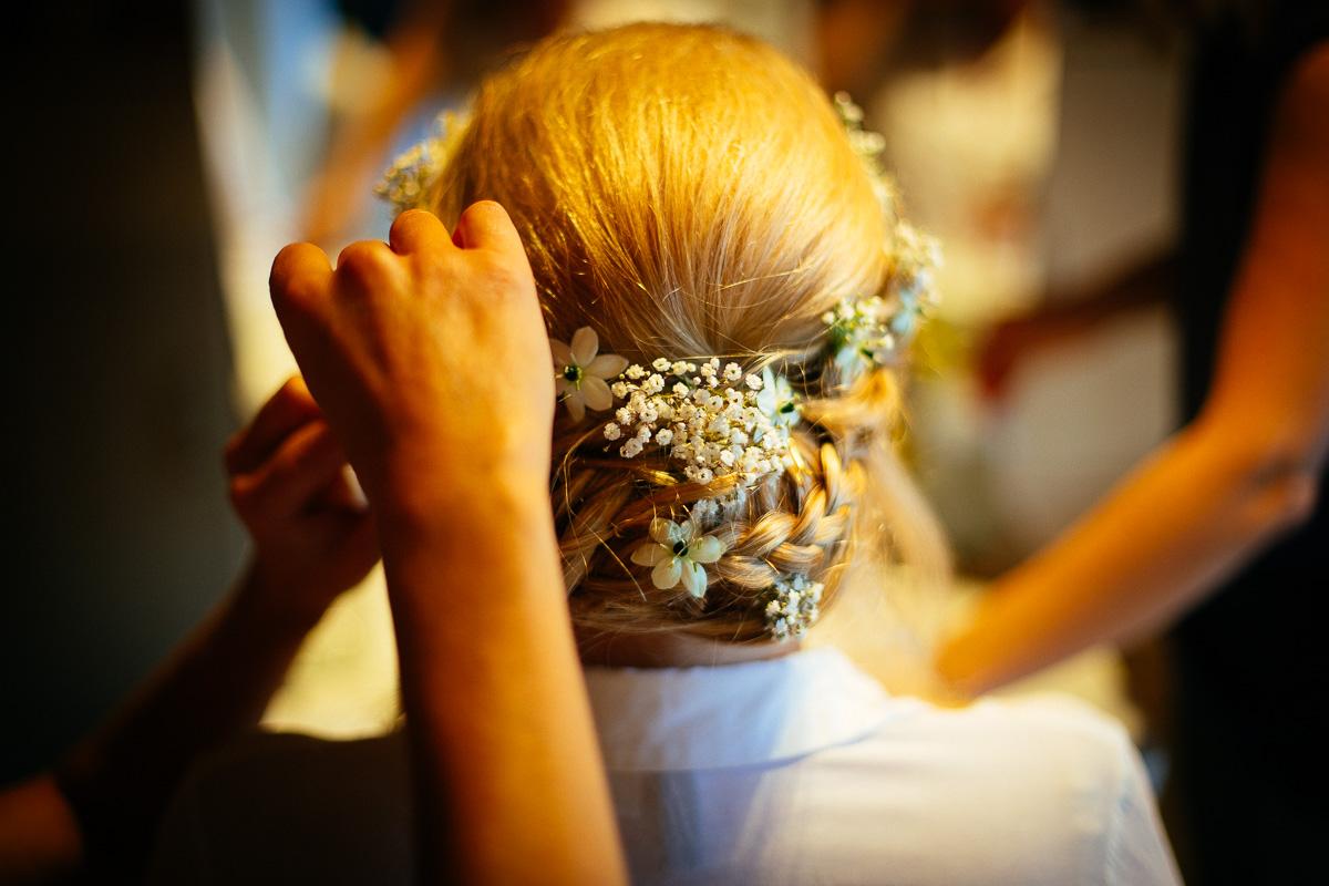 Haare der Braut sind mit Blumen verziert