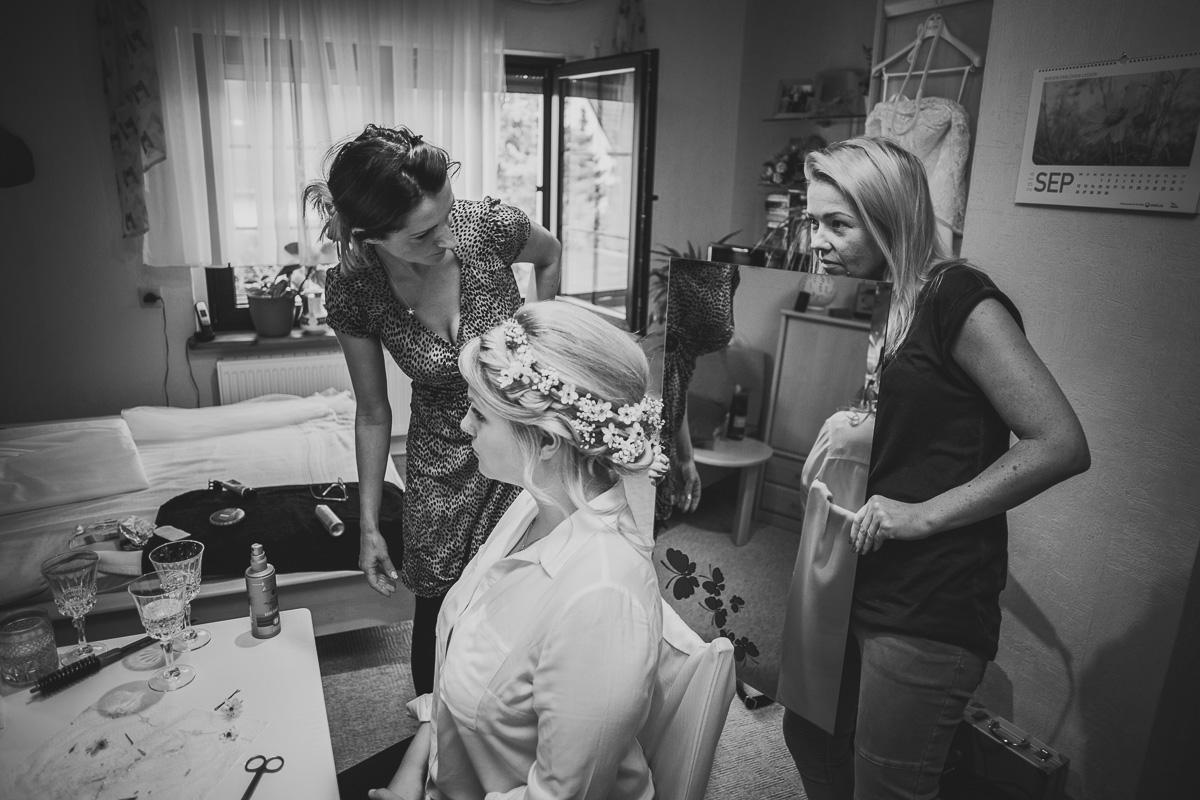 Trauzeugin hält Spiegel für die Braut