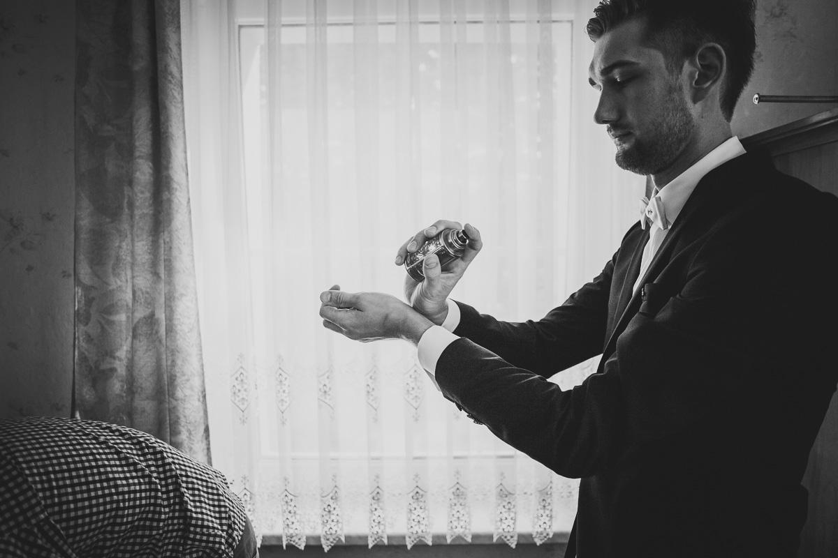 Bräutigam trägt Parfum auf