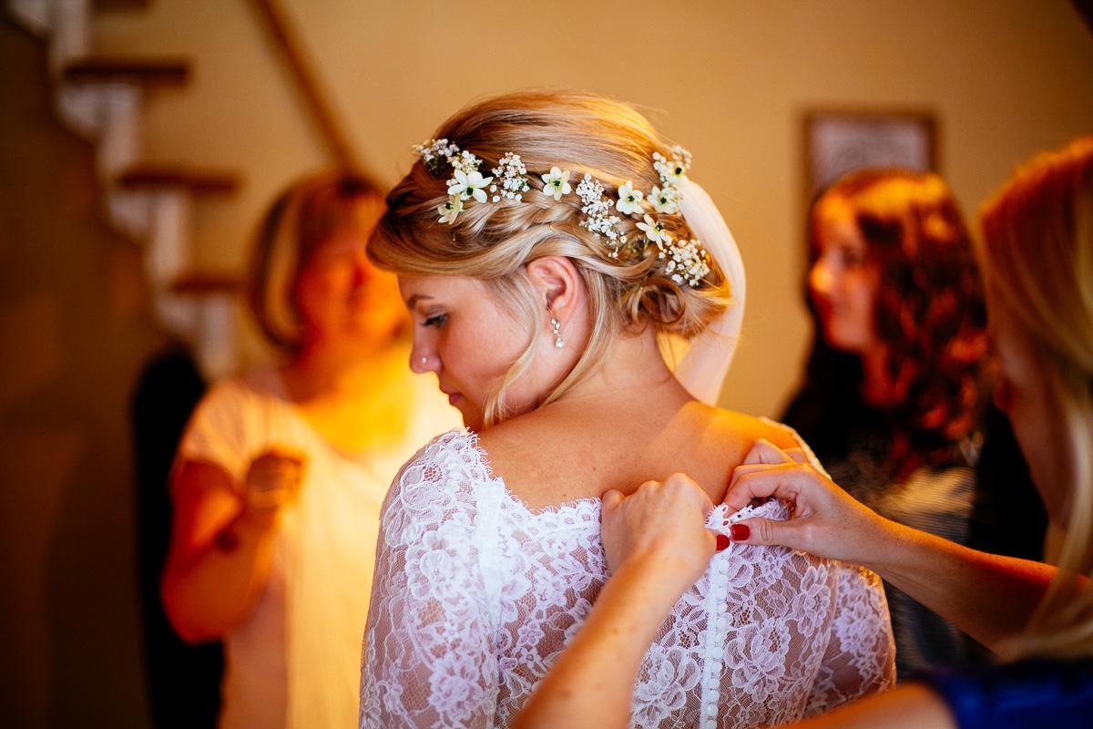 Braut mit Blumen in den Haaren schaut nach hinten