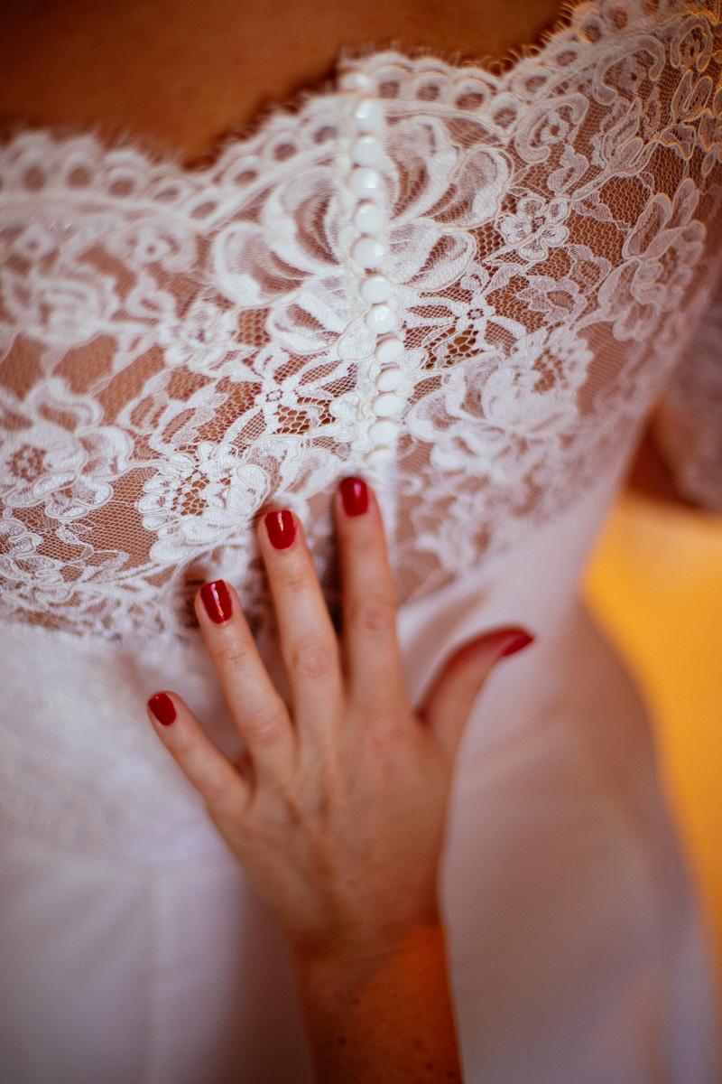 Das Brautkleid ist zugeschnürt