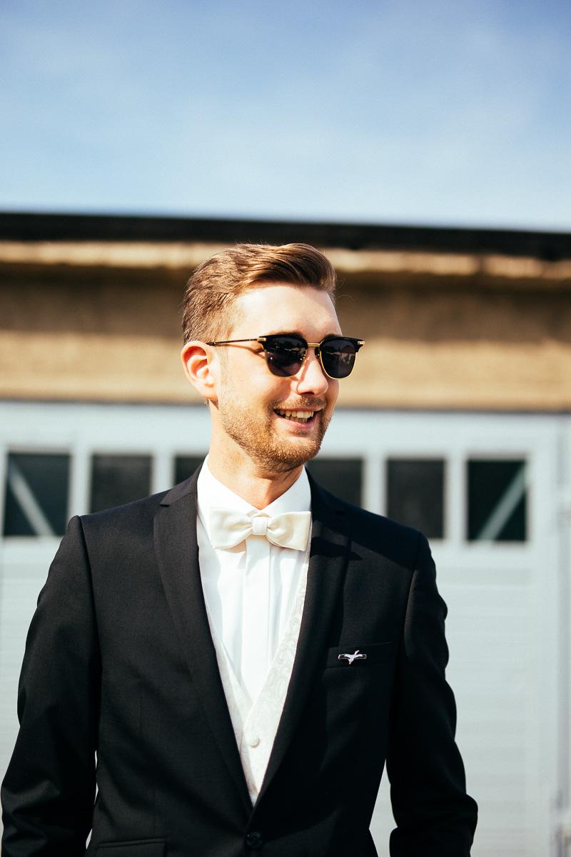 Bräutigam mit Sonnenbrille