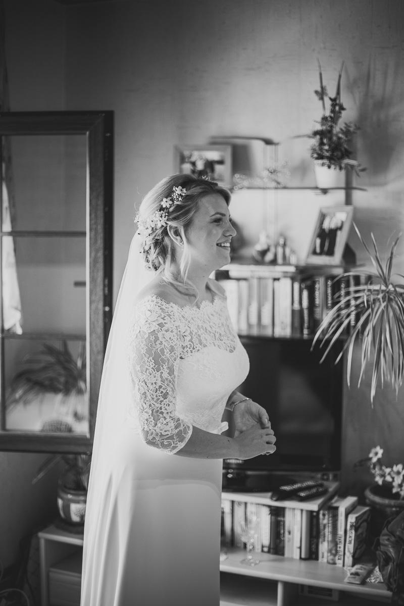 Braut freut sich auf ihren Bräutigam