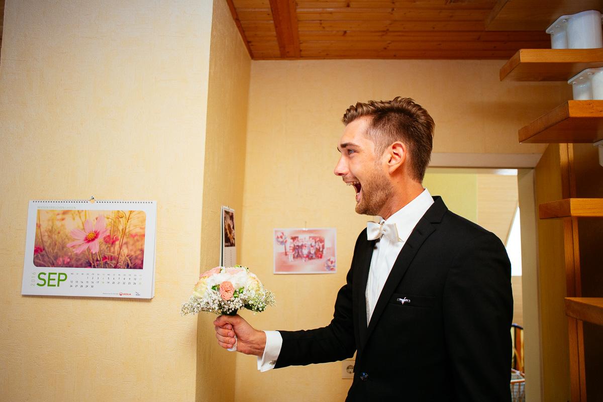 Bräutigam ist überwältigt beim ersten Anblick seiner Braut