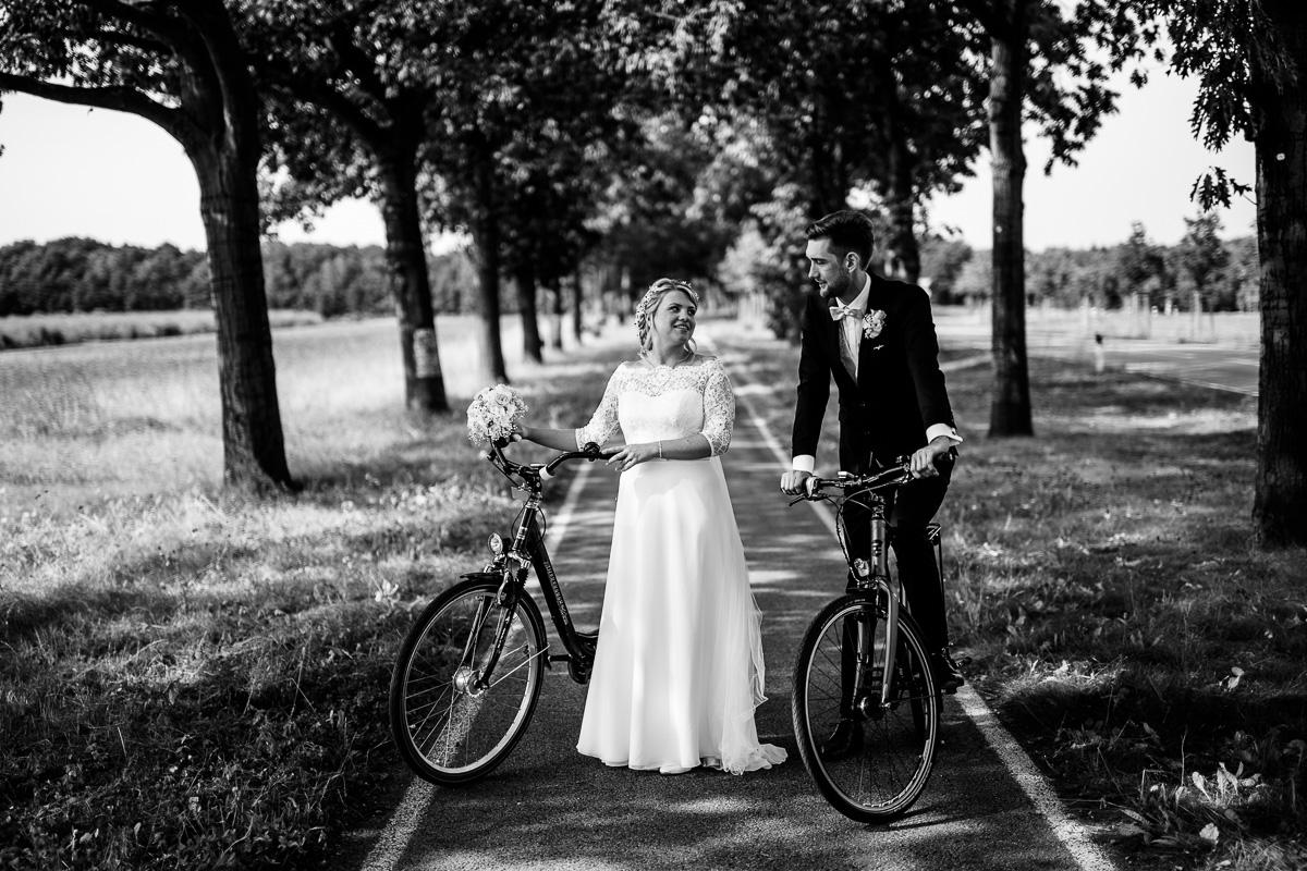 Brautpaar mit Fahrrädern