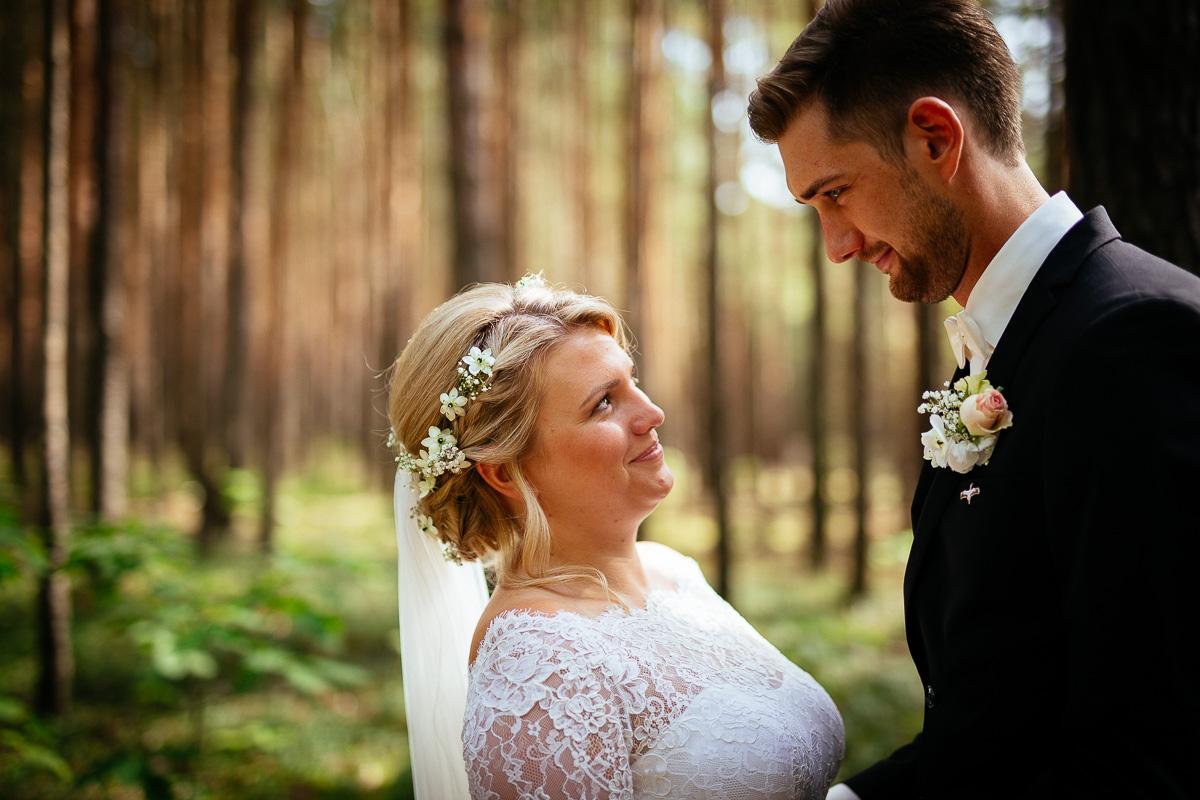 Brautpaar himmelt sich im Wald an