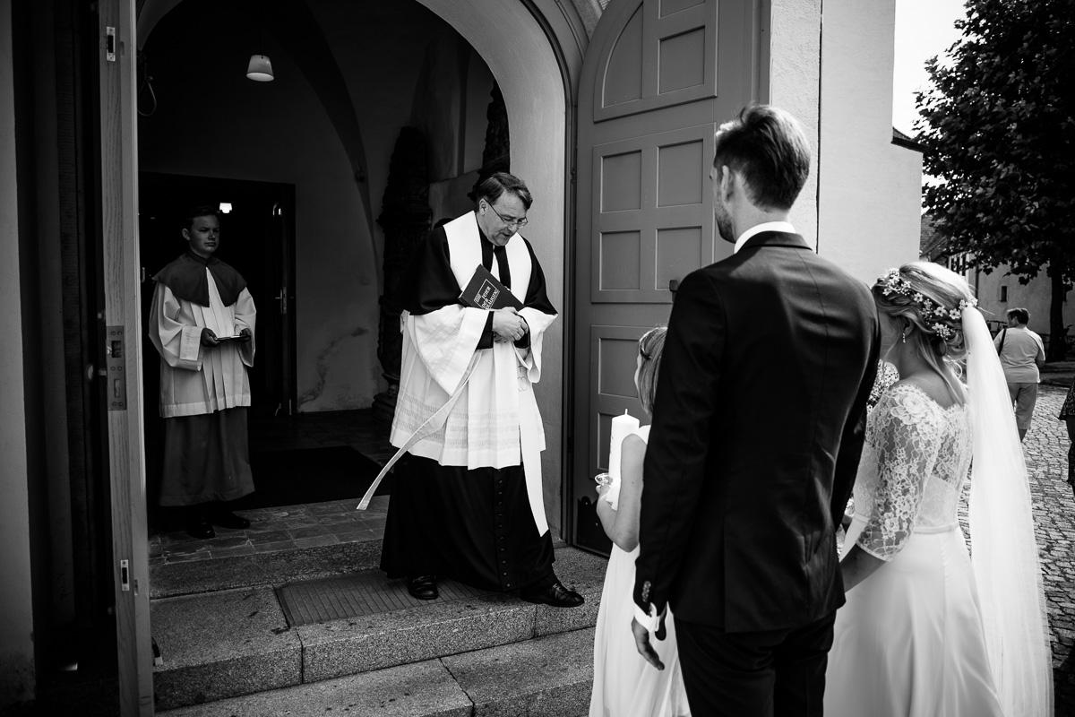 Brautpaar wird vom Pfarrer in Empfang genommen